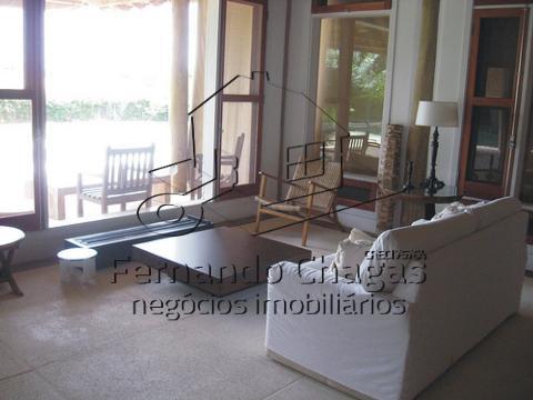 Sala de estar mostrando a janela para a àrea exte