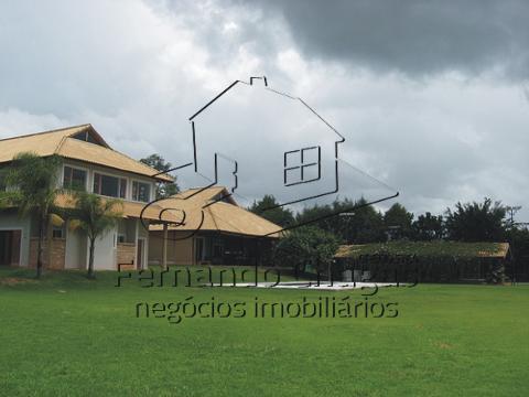 Vista geral da casa pelo gramado