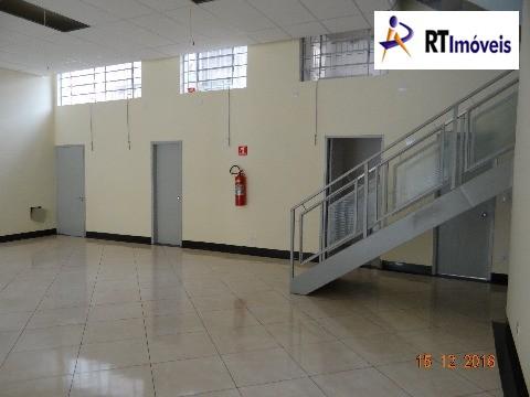 Salão principal (visão banheiros e cozinha + escad