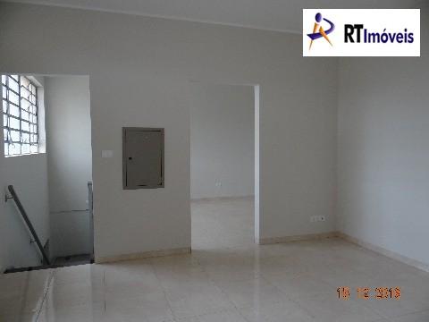 Sala piso superior 1 com visão do banheiro social,