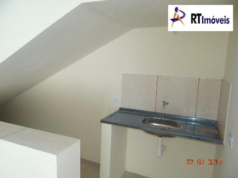 Cozinha de baixo das escadas do escritório